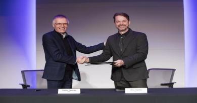 Carlos Tavares, da Peugeot, e Michael Manley, da Fiat Chrysler, assinam acordo de fusão — Foto: FCA/Divulgação